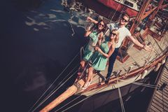 Amis élégants sur un yacht Images stock