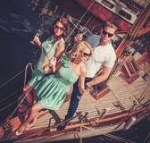 Amis élégants sur un yacht de luxe Image libre de droits