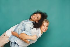 Amis émotifs ayant l'amusement au fond bleu Photo stock