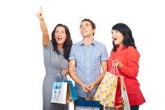 Amis étonnés d'acheteurs recherchant Photographie stock libre de droits