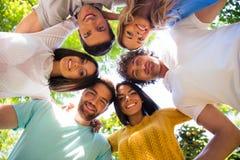 Amis étreignant ensemble au parc Images libres de droits