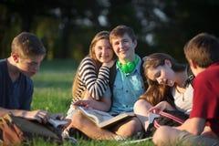 Amis étudiant à l'extérieur Photographie stock