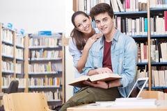 Amis étudiant ensemble Image stock