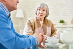 Amis aînés appréciant le thé Images stock