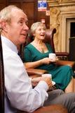 Amis aînés appréciant le thé Photos stock
