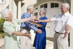 Amis aînés de salutation de couples Photo stock