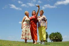 Amis aînés prenant la photo Photographie stock libre de droits