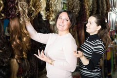 Amis achetant agrafe-dans l'extension naturelle de cheveux Photographie stock libre de droits