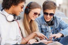 Amis adolescents. Images libres de droits