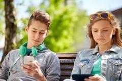 Amis adolescents avec des instruments dehors Photographie stock