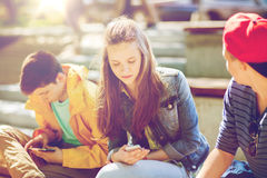 Amis adolescents avec des smartphones dehors Photo libre de droits