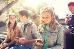 Amis adolescents avec le smartphone et les écouteurs Photos libres de droits