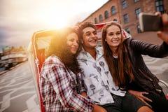 Amis adolescents ayant l'amusement des vacances Photographie stock libre de droits