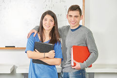 Amis adolescents dans la classe Image libre de droits