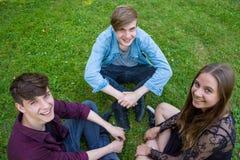 Amis adolescents dans la séance de parc Photographie stock libre de droits
