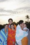 Amis adolescents enveloppés en serviettes à la plage Photos libres de droits