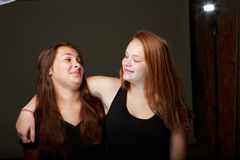 Amis adolescents féminins dans le studio Images libres de droits