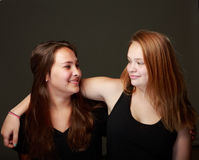 Amis adolescents féminins dans le studio Photographie stock