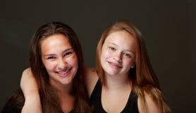 Amis adolescents féminins dans le studio Photos libres de droits