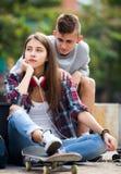 Amis adolescents faisant des choses après querelle Image stock