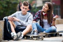 Amis adolescents faisant des choses après querelle Photo libre de droits