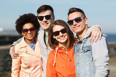 Amis adolescents heureux aux nuances étreignant dehors Photos stock