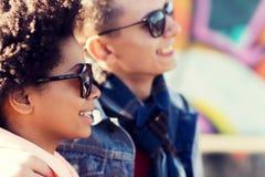 Amis adolescents heureux aux nuances dehors Image stock
