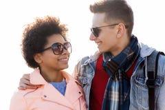 Amis adolescents heureux aux nuances parlant dehors Images libres de droits