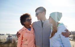 Amis adolescents heureux aux nuances parlant sur la rue Photos libres de droits