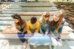 Amis adolescents heureux avec des smartphones dehors Photos libres de droits