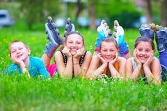 Amis adolescents heureux ayant le parc d'amusement au printemps Image stock