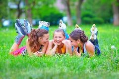 Amis adolescents heureux ayant le parc d'amusement au printemps Images libres de droits