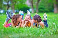 Amis adolescents heureux ayant le parc d'amusement au printemps Images stock