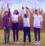 Amis adolescents heureux en parc Photographie stock