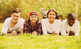 Amis adolescents heureux en parc Image libre de droits
