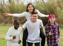Amis adolescents heureux en parc Photos stock