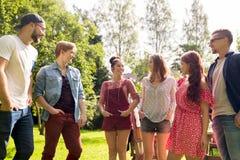 Amis adolescents heureux parlant au jardin d'été Image libre de droits