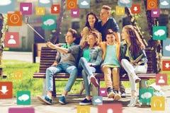 Amis adolescents heureux prenant le selfie par le smartphone Photographie stock libre de droits