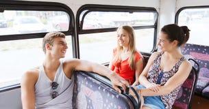 Amis adolescents heureux voyageant en autobus Photographie stock libre de droits
