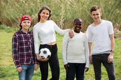 Amis adolescents jouant le football Photo libre de droits