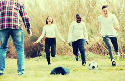 Amis adolescents jouant le football Images libres de droits