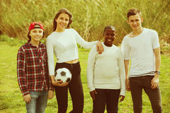 Amis adolescents jouant le football Photos stock