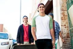 Amis adolescents marchant à la rue Photo stock