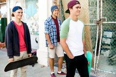 Amis adolescents marchant à la rue Photographie stock