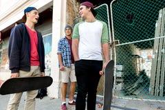 Amis adolescents marchant à la rue Image libre de droits