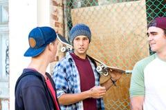 Amis adolescents marchant à la rue Images stock