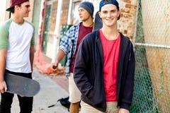Amis adolescents marchant à la rue Photo libre de droits