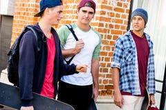 Amis adolescents marchant à la rue Image stock
