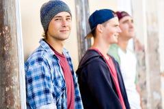 Amis adolescents se tenant à la rue Photographie stock libre de droits