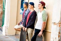 Amis adolescents se tenant à la rue Photos stock
